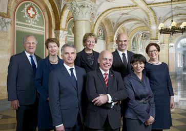 Offizielles Foto des Bundesrates 2013 (v.l.n.r.):Johann Schneider-AmmannSimonetta SommarugaDidier Burkhalter (Vizepräsident 2013)Eveline Widmer-SchlumpfUeli Maurer (Bundespräsident 2013)Alain BersetDoris LeuthardCorina Casanova (Bundeskanzlerin)