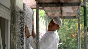 Der Teufel lauert im Detail: Insbesondere an Fenstern und Türen müssen die Platten millimetergenau angepasst werden. Sonst können sich dort Wärmebrücken bilden. Die Folge: Feuchte und Schimmel im Innenraum.