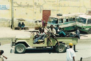 Bewaffnete auf einem Technical in Mogadischu. Bild: CT Snow from Hsinchu, Taiwan