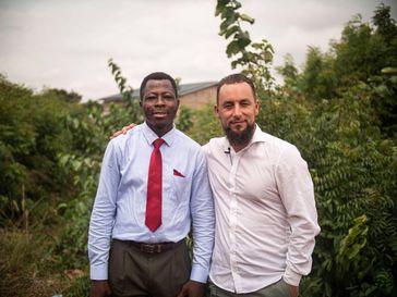 """Pastor Sebastian, Mitgründer des """"African Peace Movement"""" (links) und Abdurahman Joel Kayser, Gründer und Leiter von Ansaar International e.V. /  Bild: Ansaar International e.V. Fotograf: Ansaar"""