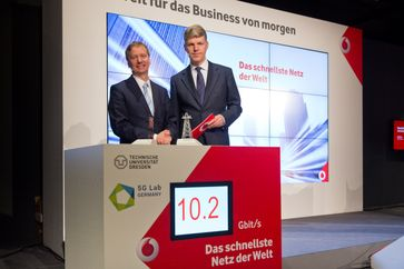 """Auf der CeBIT zeigt Vodafone Deutschland gemeinsam mit der TU Dresden und dem 5G Lab das schnellste Mobilfunknetz der Welt - Made in Germany. Bild: """"obs/Vodafone GmbH"""""""