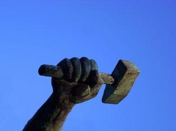 Machtwort, Faust, Hammer, Zuschlagen (Symbolbild)