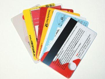 Ungarn fordert EU-Kommission zur Erklärung der Kreditkarten für Migranten auf