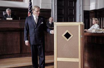 Der Beitrag enthält am Ende des Textbereichs ein Video. Bild: Hills (David Rasche) präsentiert den umstrittenen Orgon-Akkumulator vor Gericht. Quelle: (c) Eva Kees