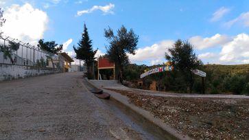 Straße entlang des Flüchtlingscamps Moria (2017)