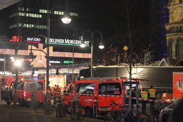 Der Sattelzug nach dem Anschlag, umgeben von Rettungskräften