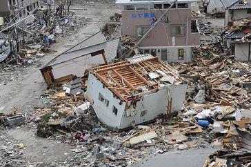 Der Tsunami richtete verheerende Verwüstungen in küstennahen Bereichen an. Bild: wikipedia.org