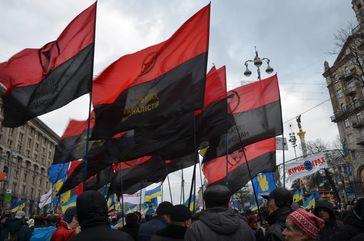 Schwarz-rote Fahnen des KUN bei Demonstrationen des Euromaidan am 1. Dezember 2013 in Kiew.