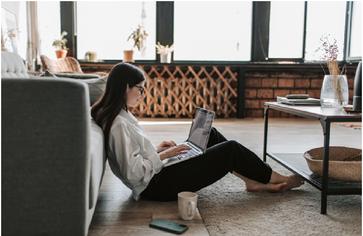 Frau mit Laptop (Symbolbild)