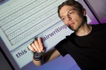 Airwriting: Aus  Bewegungssignalen erkennt ein Computer in die Luft geschriebene Buchstaben. Quelle: Airwriting: Aus  Bewegungssignalen erkennt ein Computer in die Luft geschriebene Buchstaben. (Foto: Volker Steger) (idw)