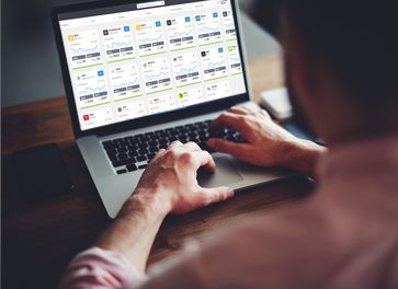"""Bei Aktien-Investments immer den Überblick behalten / eToro auf dem Laptop /  Bild: """"obs/eToro"""""""