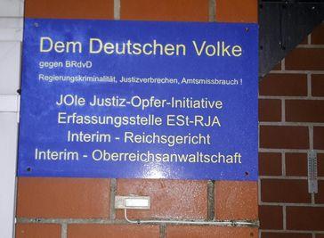 Schild am Hauseingang eines Anhängers der Reichsbürgerbewegung.