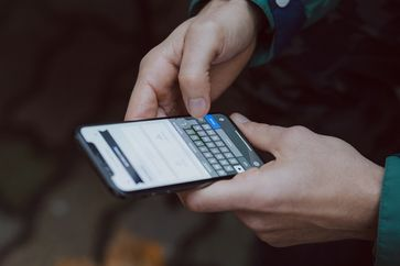 Handy in der Hand (Symbolbild)