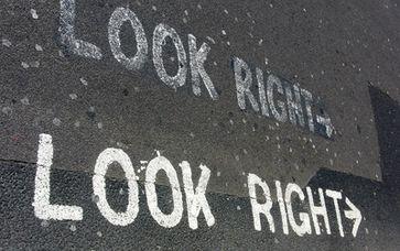 Rechts: Nach Rechts schauen damit nicht gesehen wird was Links oder in der Mitte (von was eigentlich?) gemacht wird! (Symbolbild)