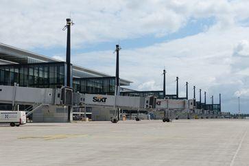 """Flughafen Berlin Brandenburg """"Willy Brandt"""": Fluggastbrücken am Hauptpier, Mai 2012"""