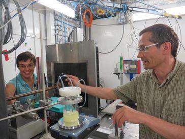 Mirijam Zobel und Prof. Dr. Reinhard Neder während des Experiments an der European Synchroton Research Facility in Grenoble. Quelle: Bild: FAU (idw)