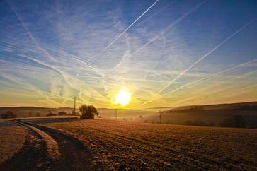 Chemtrail-Wolken über dem Land (Symbolbild)