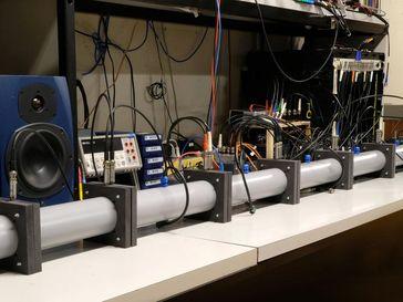 Durch dieses Röhrensystem werden die Schallwellen geleitet. Quelle: Foto: Etienne Rivet, EPF Lausanne (idw)