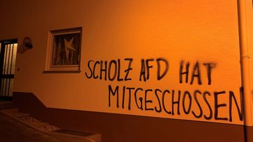 Haus des hessischen Abgeordneten Heiko Scholz mit Hassparole beschmiert – 5.000 Euro Schaden. AfD bundesweit mit Abstand am meisten von Hetz-Attacken bedroht.