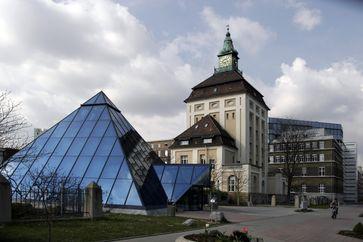 """Die Zentrale der Merck KGaA in Darmstadt.V.l.n.r. Pyramide (Besucherempfang), """"Grüner Turm"""" von Friedrich Pützer (1905) und """"Adlerhorst"""" (Bürobereich des Vorstandsvorsitzenden)"""