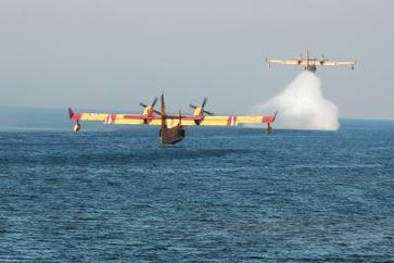 Löschflugzeuge im Einsatz (Symbolbild)