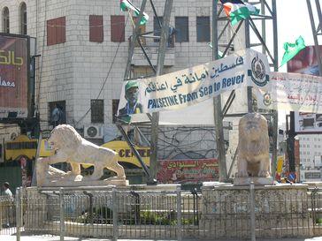 """2006: Wahlplakat der Hamas in Ramallah. Auf ihm wird ein """"Palästina von der See bis zum Fluss"""" gefordert."""