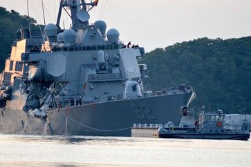 Durch die Kollision beschädigte USS Fitzgerald im Marinehafen von Yokosuka (17. Juni 2017)