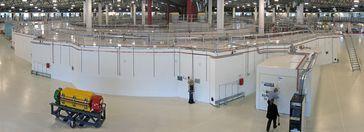 Elektronensynchrotron in Clayton bei Melbourne (Australien). Sichtbar sind der Speicherring und rechts im Vordergrund eine beamline zur Nutzung der Synchrotronstrahlung