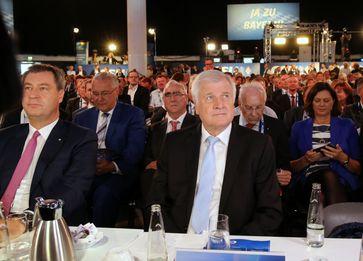 Markus Söder und Horst Seehofer zu Beginn des CSU-Parteitags am 15. September 2018 in München. In der zweiten Reihe (v.l.n.r.) Joachim Herrmann, Theo Waigel, Edmund Stoiber, Ilse Aigner. (2018)