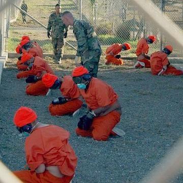 Gefangene bei ihrer Ankunft im Januar 2002. Bild: de.wikipedia.org