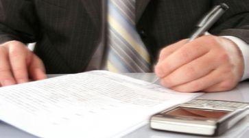 Vertrag, Vereinbarung und Unterzeichnung (Symbolbild)