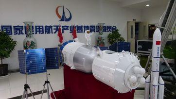Modelle des Raumschiffes Shenzhou 7 und der Trägerrakete CZ-5 im Nationalen Industriepark für Zivile Raumfahrt in Xi'an