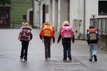 Die schwere Last der Schule trägt jedes Kind auf dessen Schultern...
