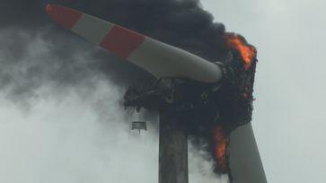 Ein brennendes Windrad /Windkraftanlage: Die Bundesregierung ist gegen eine TÜV Pflicht die solche Vorfälle verhindern könnte. (Symbolbild)