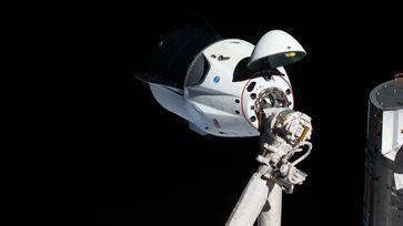 Crew Dragon beim ersten Anflug an die ISS (2019)