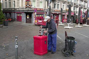 """Bruno bessert auf der Reeperbahn St. Pauli mit Flaschensammeln seine klamme Haushaltskasse auf. Bild: """"obs/ZDF/Nadja Kölling"""""""