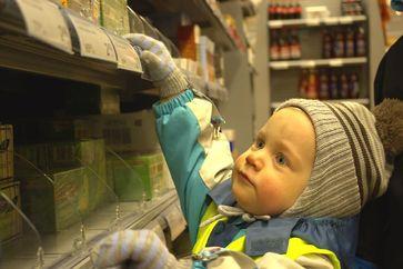 Gerade auch bei der Geschenkesuche in der Weihnachtszeit sorgen Regale im Supermarkt für große Augen. Quelle: Copyright: Jaro Larnos; flickr (idw)