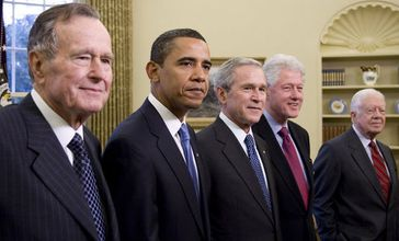 Von links: George H. W. Bush, Barack Obama, George W. Bush, Bill Clinton, Jimmy Carter im Oval Office am 7. Januar 2009