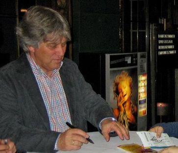 Rolf Zuckowski schreibt Autogramme nach einem Konzert in Baden-Baden am 17. November 2006