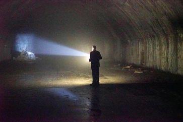 """In den Höhlen des ehemaligen jugoslawischen Militärflugplatzes eljava - 3,5 Kilometer Tunnel wurden in den Berg gesprengt. / Bild: """"obs/ZDFinfo/Florian Dedio"""""""