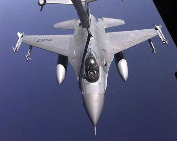 F-16A aus einer KC-10 Extender fotografiert