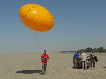Um die Stickoxid-Mengen zu bestimmen, benötigt man auch meteorologische Daten. Daher ließen die Forscher Wetterballons in der Wüste starten. Quelle: Buhalqem Mamtimin, MPI für Chemie. (idw)