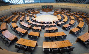 Landtag Nordrhein-Westphalen (Plenarsaals. Blick zum Rednerpult.)