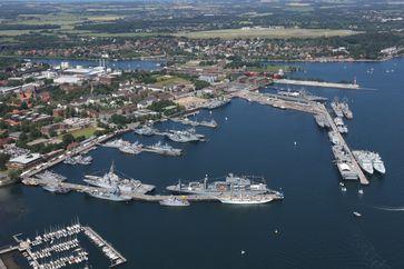 Luftaufnahme vom Marinestützpunkt Kiel mit den Gastschiffen zu Zeiten der Kieler Woche, am 21.06.2019. Bild: Bundeswehr / Björn Wilke Fotograf: Tanja Wendt