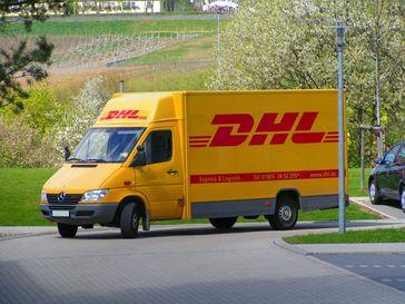 Paketdienst: DHL-Fahrzeug