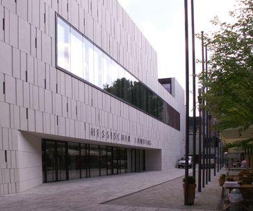 Fassade des Hessischen Landtags in der Grabenstraße mit neuem Eingang nach langjährigem Umbau - architektonischer Kontrast auf der Rückseite des alten nassauischen Stadtschlosses in Wiesbaden (Ansicht Grabenstraße/Bäckerbrunnen)
