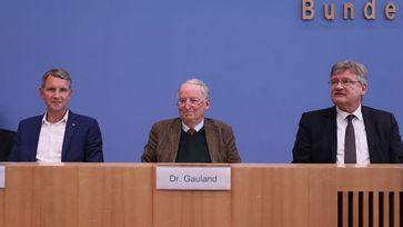 Björn Höcke (li), Dr. Alexander Gauland (mi) und Prof. Dr. Jörg Meuthen (re) auf der Bundespressekonferenz zur Landtagswahl Thüringen am 28. Oktober 2019