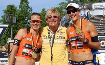 Katrin Holtwick (li), Karl 'Kalli' Koch (ExtremNrews) und Ilka Semmler (re). Bild: ExtremNews