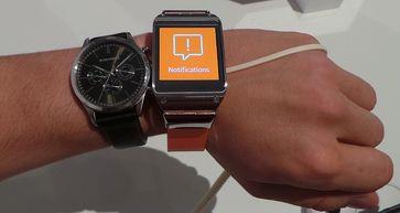 Samsung Galaxy Gear (rechts) im Vergleich zu einer Uhr