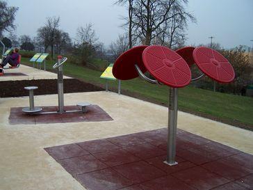 Öffentliche Fitnessgeräte für Senioren in einem Parcours am Bornheimer Hang